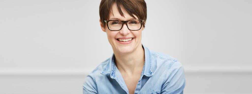 Porträt Nadja Katzenberger Jeanshemad weißer Hintergrund