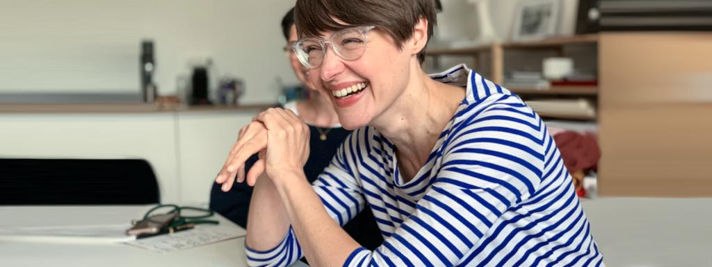 Nadja Katzenberger im blau-gestreiften Shirt beim Schreibworkshop